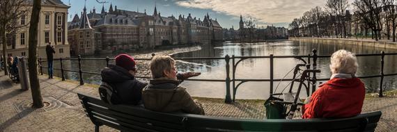 Ouderen zittend op een bankje met uitzicht op de hofvijfer
