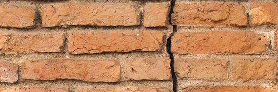 Bakstenen met scheur als gevolg van een aardbeving.